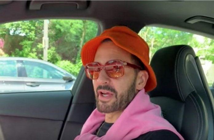 Mężczyzna siedzący w samochodzie w pomarańczowym kapeluszu