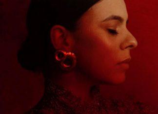 Portret kobiety ustawionej profilem na czerwonym tle