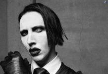 Czarno-białe zdjęcie ekscentrycznie wylgądajacego mężczyzny