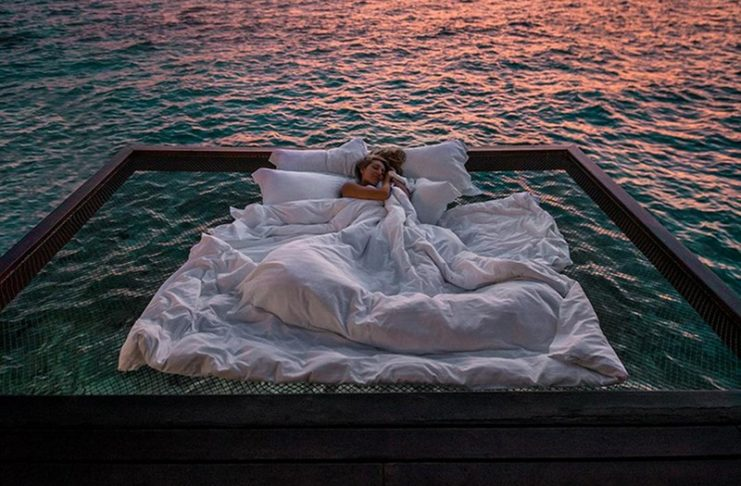 Kobieta śpiąca nad oceanem