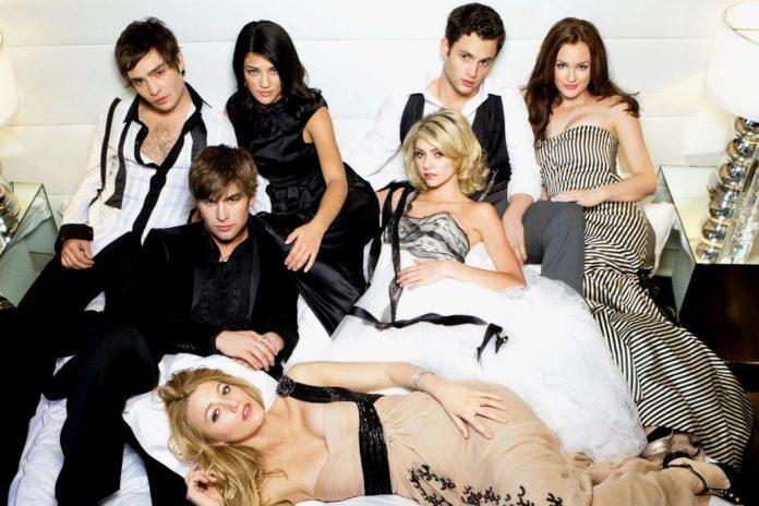 Grupa nastolatków w eleganckich strojach, leżąca na łóżku