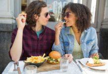 Para jedząca posiłek