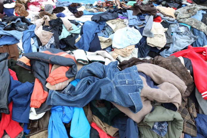 Góra porozrzucanych ubrań na wysypisku