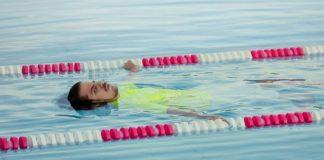 Mężczyzna dryfujący w basenie