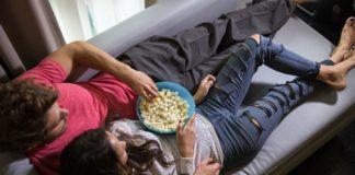 Para leżąca na kanapie