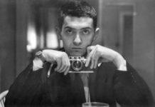 Mężczyzna trzymający aparat w dłoni