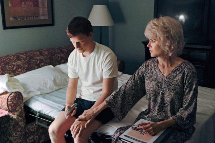 Chłopak siedzący z kobietą na łóżku