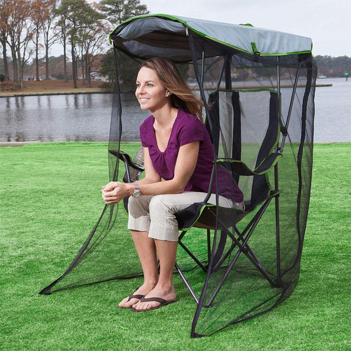 Kobieta siedząca w fotelu z siatką