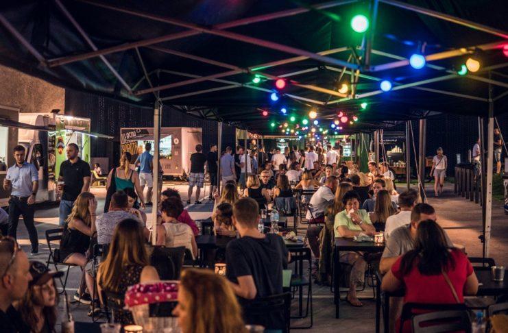 Zdjęcie przedstawiające nocny market