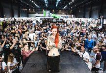 Rudowłosa dziewczyna na tle publiczności