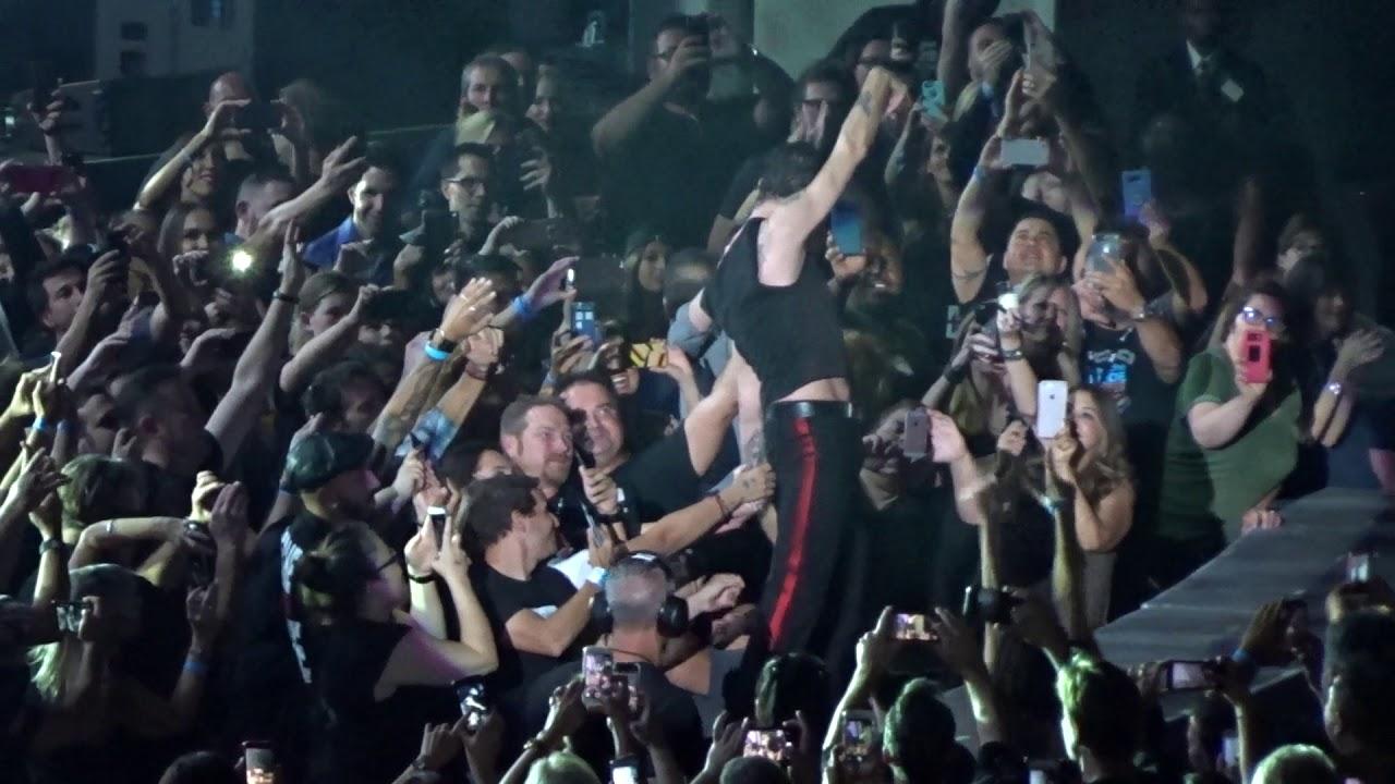 Dave Gahan w tłumie rąk fanówpodczas koncetru