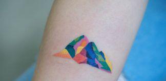 Kolorowy tatuaż przedstawiający góry