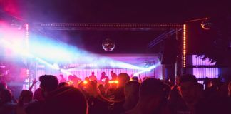 Ludzie bawiący się w klubie