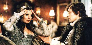 Kobieta i mężczyzna ubrani w starodawne stroje
