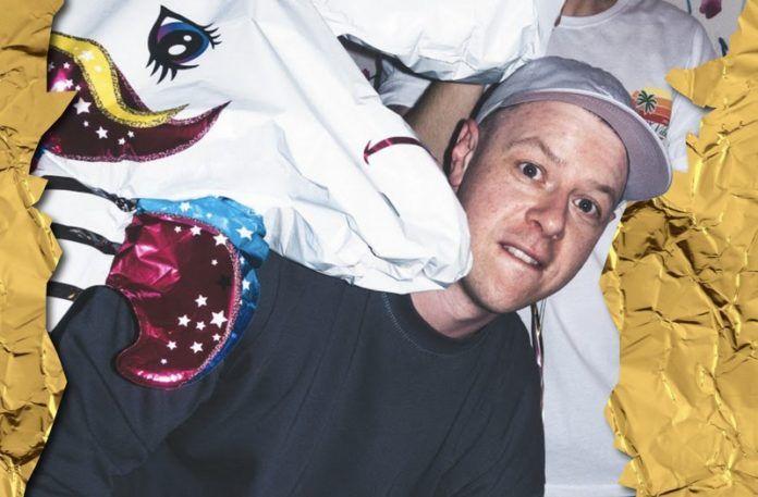 Mężczyzna z balonem jedorożca nad głową