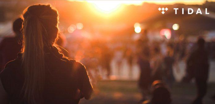 Kobieta stojąca tyłem i ludzie na festiwalu