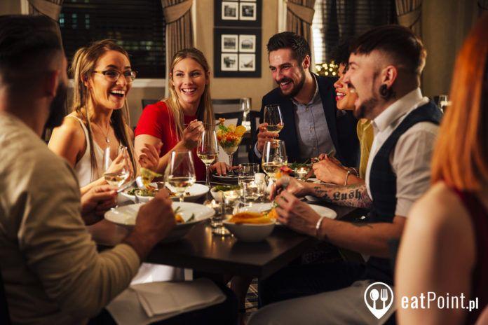 Grupa przyjaciół jedząca wspólnie posiłek
