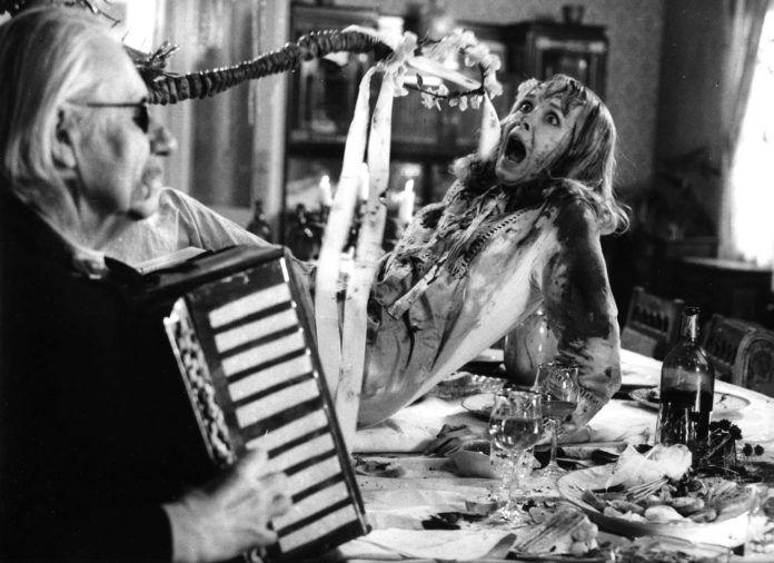 Czarno-biały kar wystraszonej kobiety i mężczyzny grającego na akordeonie