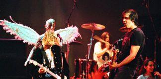 Dwóch mężczyzn grających na scenie