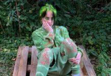 Dziewczyna ubrana na zielono, w zielonym ubraniu, siedząca na tle krzaków