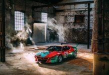 Samochód stojący w opuszczonym budynku