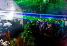 Ludzie bawiący się w ogrodzie klubu