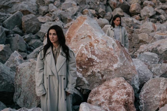 Kobieta i mężczyzna na tle kamieni