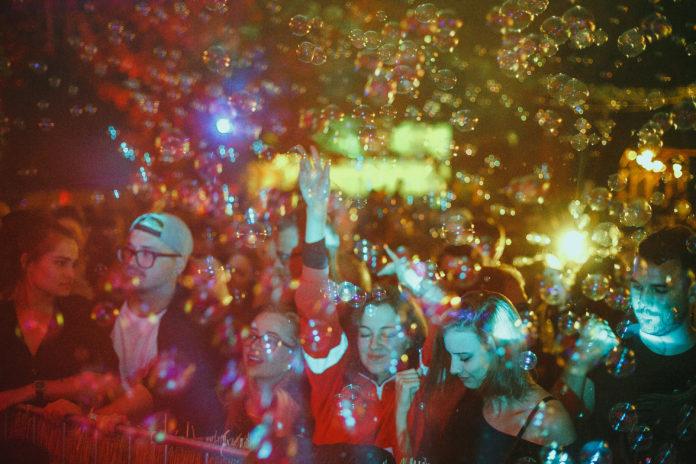 Ludzie bawiący się nna imprezie