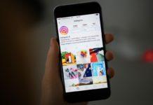 Dłoń trzymająca smartfon z otwartą aplikacją Instagram