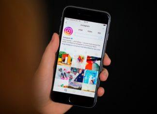 Dłoń z telefonem i otwartą aplikacją Instagram