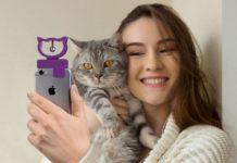 Kobieta robiąca selfie z kotem