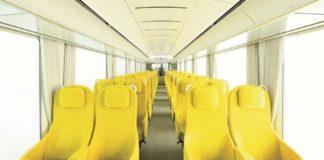 Żółte siedzenia w wagonie w pociągu