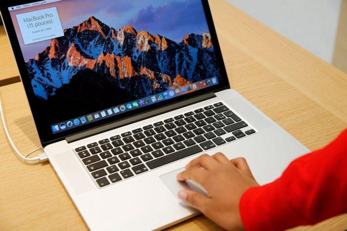 Kobieta trzymająca dłoń na laptopie