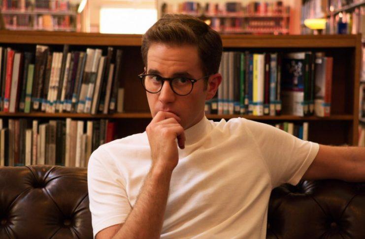 Mężczyzna w okularach i białej koszulce polo