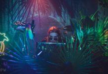 Dziewczyna stojąca za DJką
