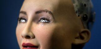 Kobieta o robotycznym wyglądzie