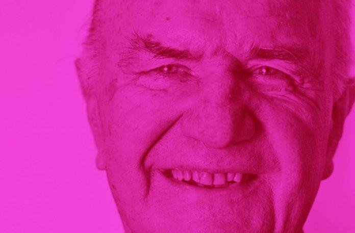 Uśmiechnięty starszy pan