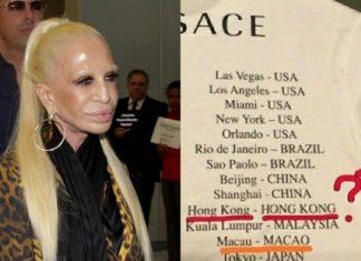Kobieta z blond włosami i fragment koszulki z napisami