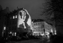 Czarno-białe zdjęcie przedstawiające mural