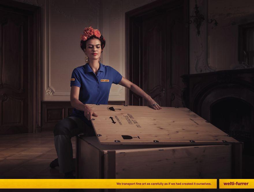 Kobieta otwierająca drewnianą skrzynię