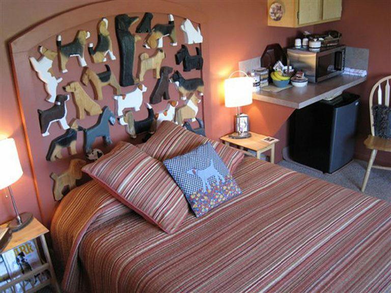 Łóżko z poduszką z psem