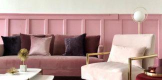 Brudno różowa kanapa i biały fotel