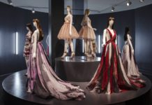 Manekiny ubrane w sukienki