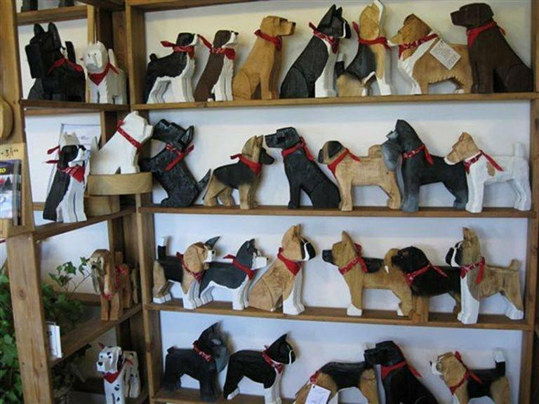 Figurki psów na półkach