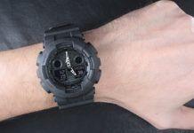 Czarny zegarek na ręku