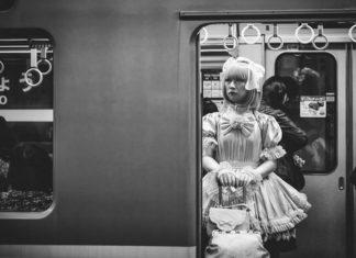Kobieta w kostiumie w metrze