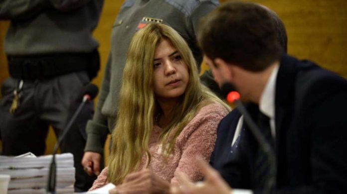 Kobieta siedząca na sali sądowej