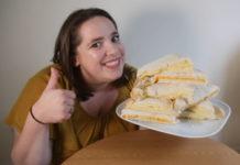 Kobieta z talerzem kanapek z serem