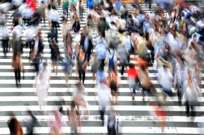Tłum ludzi przechodzący przez pasy