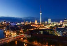 Zdjęcie przedstawiające panoramę Berlina nocą, w centrum obrazka widać wieżę telewizyjną na Aleksanderplatz
